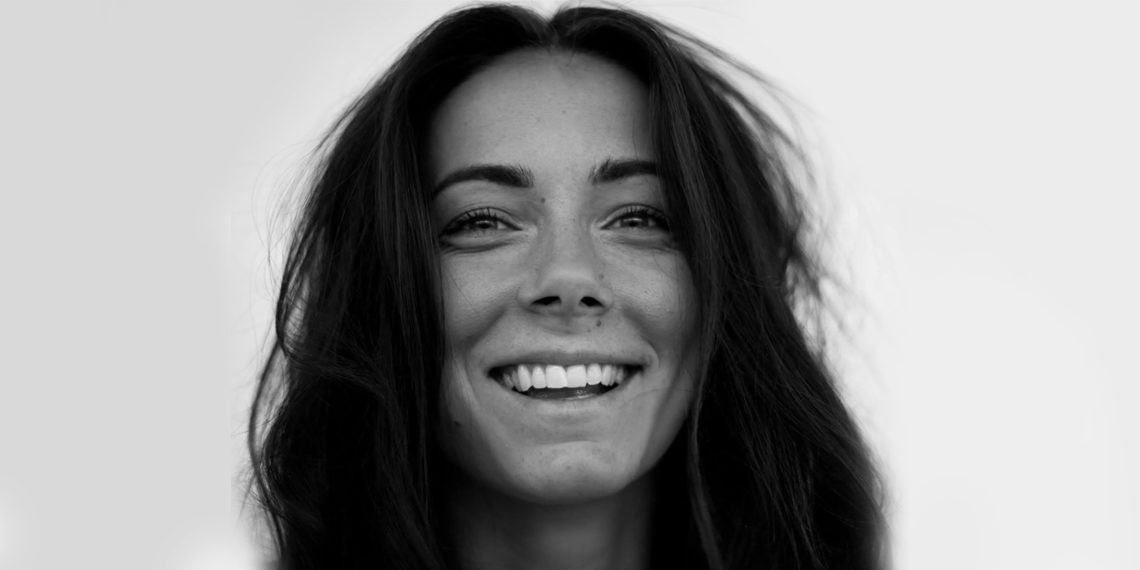 Photo girl smiling black and white
